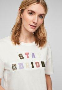 s.Oliver - T-shirt imprimé - offwhite statement print - 3