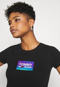 Tommy Jeans - GRADIENT LOGO TEE - Print T-shirt - black - 4