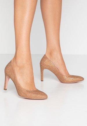 High heels - almond