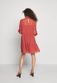 Vero Moda Petite - VMINGEBORG SHORT DRESS - Hverdagskjoler - marsala - 2