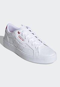 adidas Originals - SLEEK - Tenisky - footwear white/scarlet/core black - 3