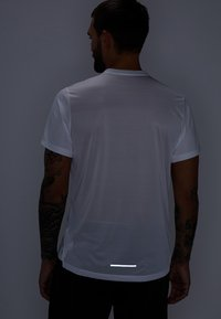 Nike Performance - DRY MILER - Print T-shirt - white/reflective silver - 4