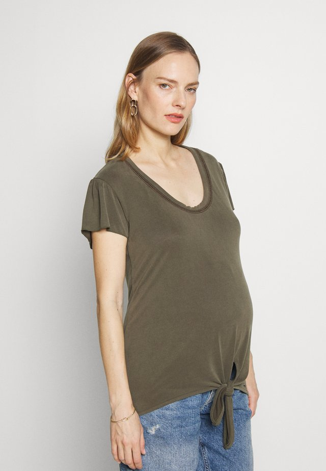 V NECK TOUCH KNOT - T-shirt z nadrukiem - green