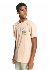 Quiksilver - ISLAND PULSE - Print T-shirt - apricot - 3