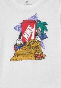 Nike Sportswear - SAND CASTLE UNISEX - Triko spotiskem - white - 2