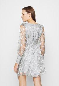 Who What Wear - V-NECK EMPIRE DRESS - Koktejlové šaty/ šaty na párty - silver - 2