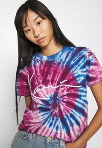 Karl Kani - SIGNATURE TIE DYE TEE - Print T-shirt - pink - 3