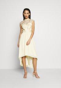 Chi Chi London - JAENIE DRESS - Vestido de fiesta - yellow - 1