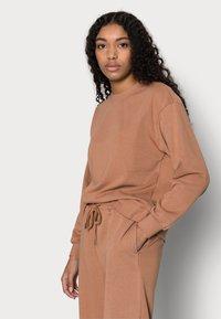 Vero Moda Petite - VMNATALIA WIDE SET - Zip-up hoodie - mocha mousse - 4