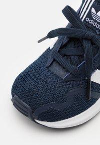adidas Originals - SWIFT RUN UNISEX - Trainers - collegiate navy/footwear white/core black - 5