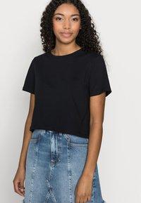 Pieces Petite - PCRINA CROP TOP 2 PACK - Print T-shirt - black/bright white - 4