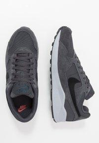 Nike Sportswear - AIR PEGASUS '92 LITE SE - Matalavartiset tennarit - anthracite/black/wolf grey/university red - 1
