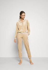 ONLY - ONLBECCA LOUNGEWEAR - Pyjama set - macadamia - 1