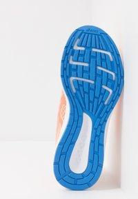 ASICS - PATRIOT 11 - Zapatillas de running neutras - summer dune/shocking orange - 5
