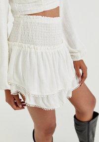 PULL&BEAR - MIT COLOUR-BLOCK - A-line skirt - white - 2