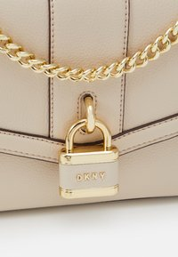 DKNY - DO NOT USE ELLA SHOULDER FLAP PEBBLE - Taška s příčným popruhem - eggshell