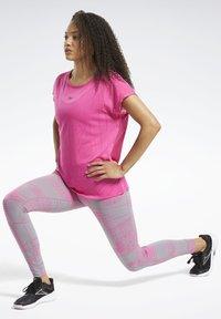 Reebok - BURNOUT T-SHIRT - T-shirts med print - pink - 1