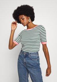 edc by Esprit - CONTRAST NECK - T-shirts med print - khaki green - 0