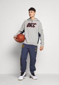 Nike Performance - NBA COURTSIDE HOODY THUNDER EARNED - Club wear - dark grey heather/college navy - 1