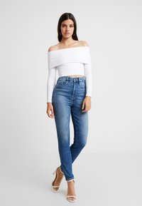 Good American - FOLD OVER OFF SHOULDER - T-shirt à manches longues - white - 3