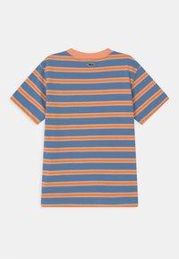 Lacoste - T-shirt med print - turquin blue/ledge/lantern orange - 1