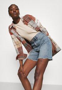 Madewell - HIGH RISE MID LENGTH - Shorts di jeans - blue denim - 3