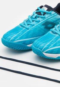 Lotto - MIRAGE 300 JR UNISEX - Zapatillas de tenis para todas las superficies - blue bay/navy blue/all white - 5