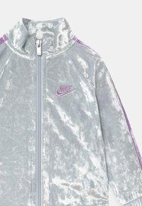 Nike Sportswear - CRUSHED TRACK SET - Tracksuit - pure platinum - 3