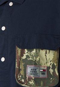 Tommy Jeans - MULTI POCKET CAMO - Shirt - twilight navy - 2