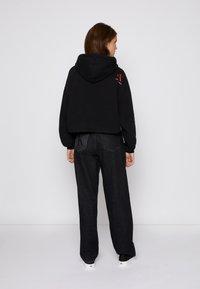 Calvin Klein Jeans - CROPPED HOODIE - Hoodie - black - 2