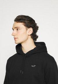 Hollister Co. - CORE ICON - Sweatshirt - black - 3