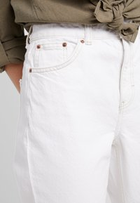 Topshop Petite - MOM - Relaxed fit jeans - white - 3