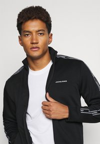 Jack & Jones Performance - JCOZTAPING TRACK SUIT - Chándal - black - 5