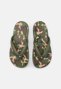 Crocs - CROCBAND FLIP - Japonki kąpielowe - army green/black - 3