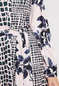 Apart - PRINTED DRESS - Robe en jersey - emerald/powder/black - 5