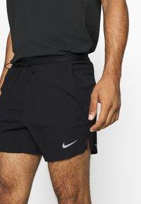 Nike Performance - RUN DIVISION FLEX STRIDE - Pantalón corto de deporte - black/silver - 4