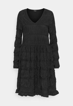 PCBORA SMOCK DRESS - Žerzejové šaty - black