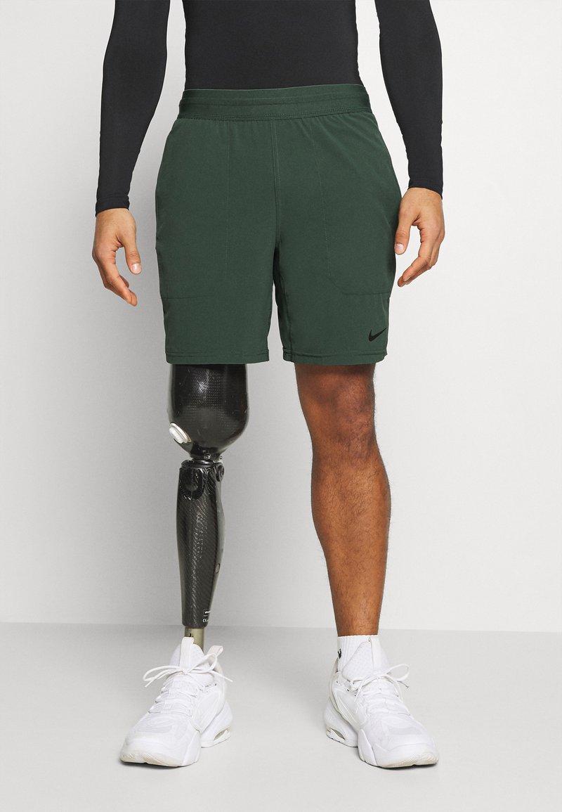Nike Performance - SHORT YOGA - Korte sportsbukser - galactic jade/black
