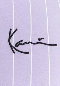 Karl Kani - SMALL SIGNATURE PINSTRIPE TEE UNISEX - Print T-shirt - lilac/white - 2
