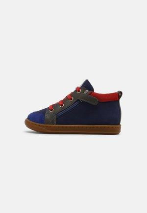 BOUBA BI ZIP - Sneakers basse - blue/anthracite/red