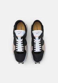 Nike Sportswear - DBREAK TYPE UNISEX - Trainers - black/white/grey fog/college grey/bucktan - 5