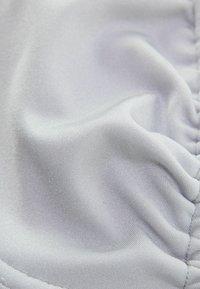 Bershka - MIT GLANZ  - Bikini top - silver - 5