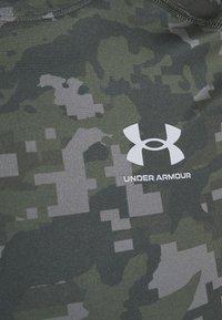 Under Armour - ARMOUR CAMO - Print T-shirt - baroque green - 6