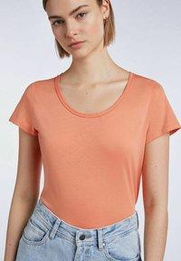 SET - T-shirt imprimé - coral gold - 3