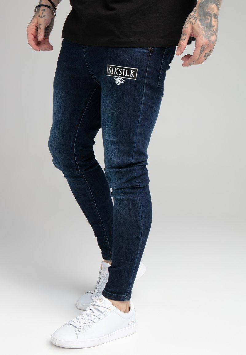 SIKSILK - EMBOSSED PRINT - Jeans Skinny Fit - raw blue