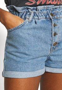 ONLY - ONLCUBA LIFE PAPERBAG - Shorts di jeans - medium blue denim - 4