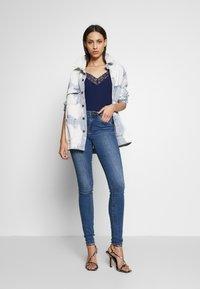 Vero Moda Tall - VMTANYA PIPING - Jeans Skinny Fit - medium blue denim - 1