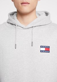 Tommy Jeans - BADGE HOODIE - Sweat à capuche - grey - 4