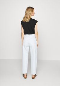Weekday - FOLD PLEAT TROUSERS - Jean boyfriend - bleached blue - 3