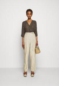 Claudie Pierlot - PATCHO - Spodnie materiałowe - beige - 1